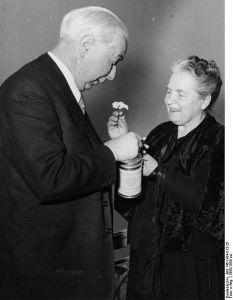 Theodor und Elly Heuss beim Spenden Bundesarchiv, Bild 146-1984-013-25 / CC-BY-SA 3.0