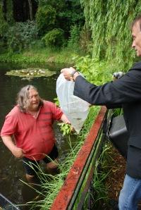 Peter reicht Volker die Fische