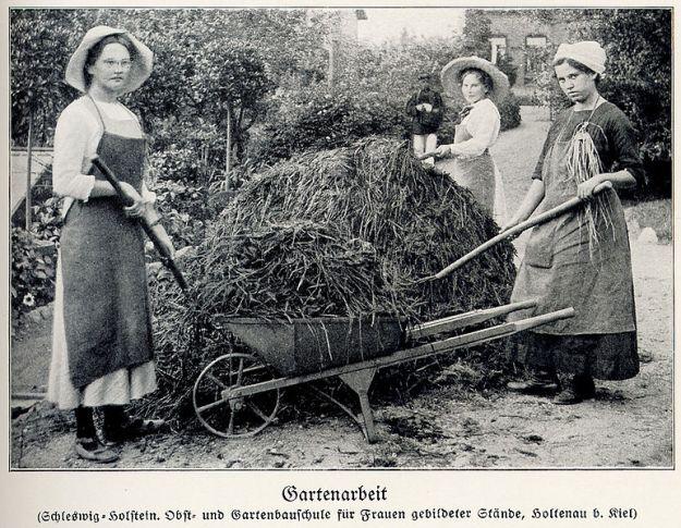 """Drei Frauen """"gebildeter Stände"""" in der Gartenbauschule Holtenau (bei Kiel) arbeiten an einem Heuhaufen - ca. 1900"""