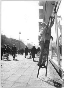 Bundesarchiv, Bild 183-B0312-0013-001 / CC-BY-SA 3.0 Zentralbild Weiß Wu-Pr 12.3.1963 Frühjahrsputz in der Schönhauser Allee in Berlin