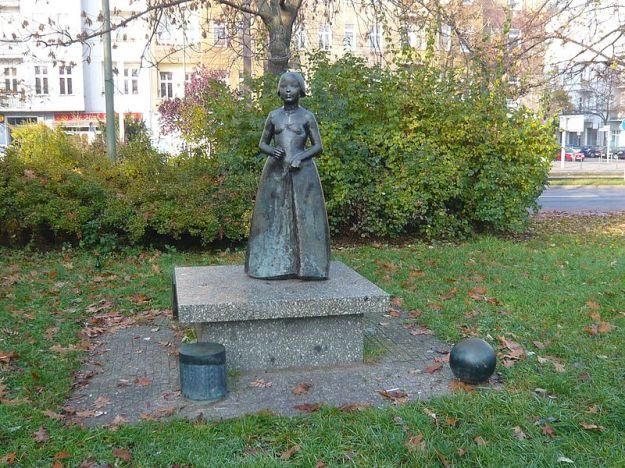 Berlin-Prenzlauer Berg, Fröbelplatz. Skulptur Mädchen mit Spielelementen - Fröbel gewidmet. Michael Klein 1980/82 Fotografie: 44penguins (Angela M. Arnold)